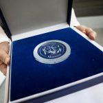 Stephenson Medaille für Peter Hoop zur Ehrung seines Lebenswerks und seiner Verdienste um die Bahnbranche. Foto: Deutsche Messe AG
