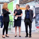 Moderatorin Manuela Stamm mit Laudatorin Carmen Schwabl (Geschäfstführerein derLNVG) und Prof. Dr. Uwe Höft (Herausgeber Privatbahn Magazin). Foto: Bahn-Media Verlag GmbH & Co. KG